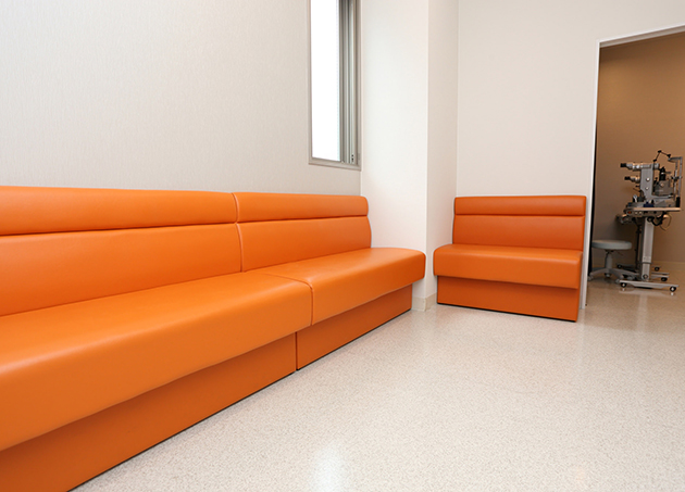 中待合です。ソファーでお待ちください。